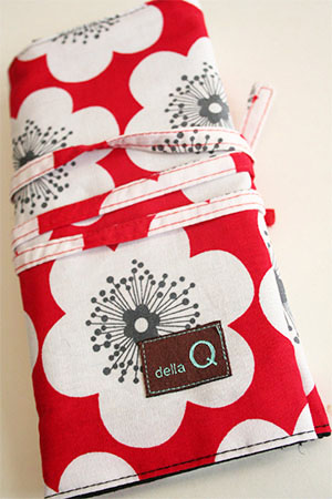 Della Q Interchangeable Needle Case in 103 Latona Cotton Print